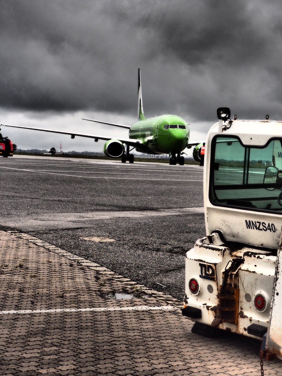 Arrivée du vol Kulula sous un ciel menaçant