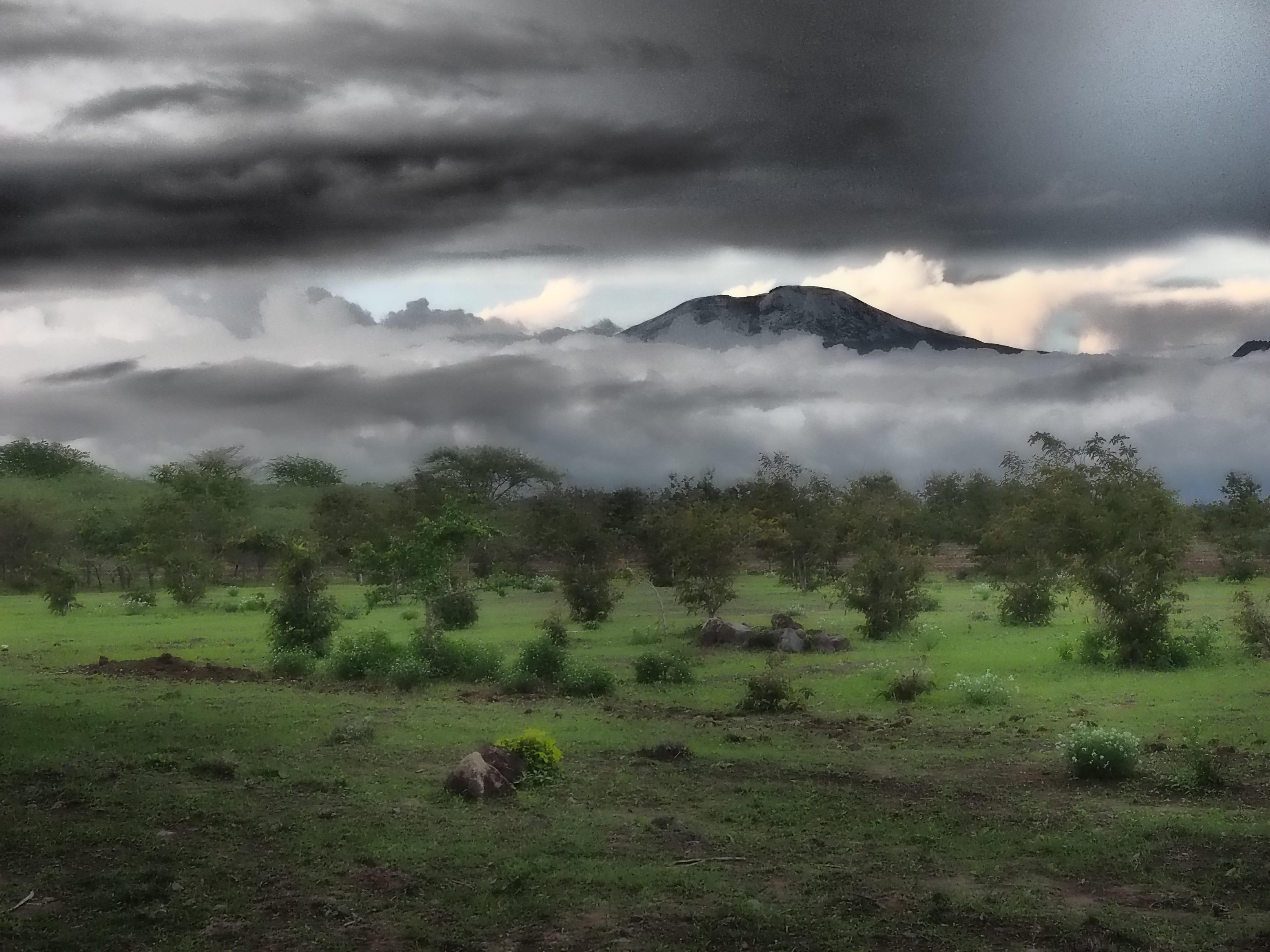 Le Kilimandjaro à la descente de l'avion pendant la saison des pluies …