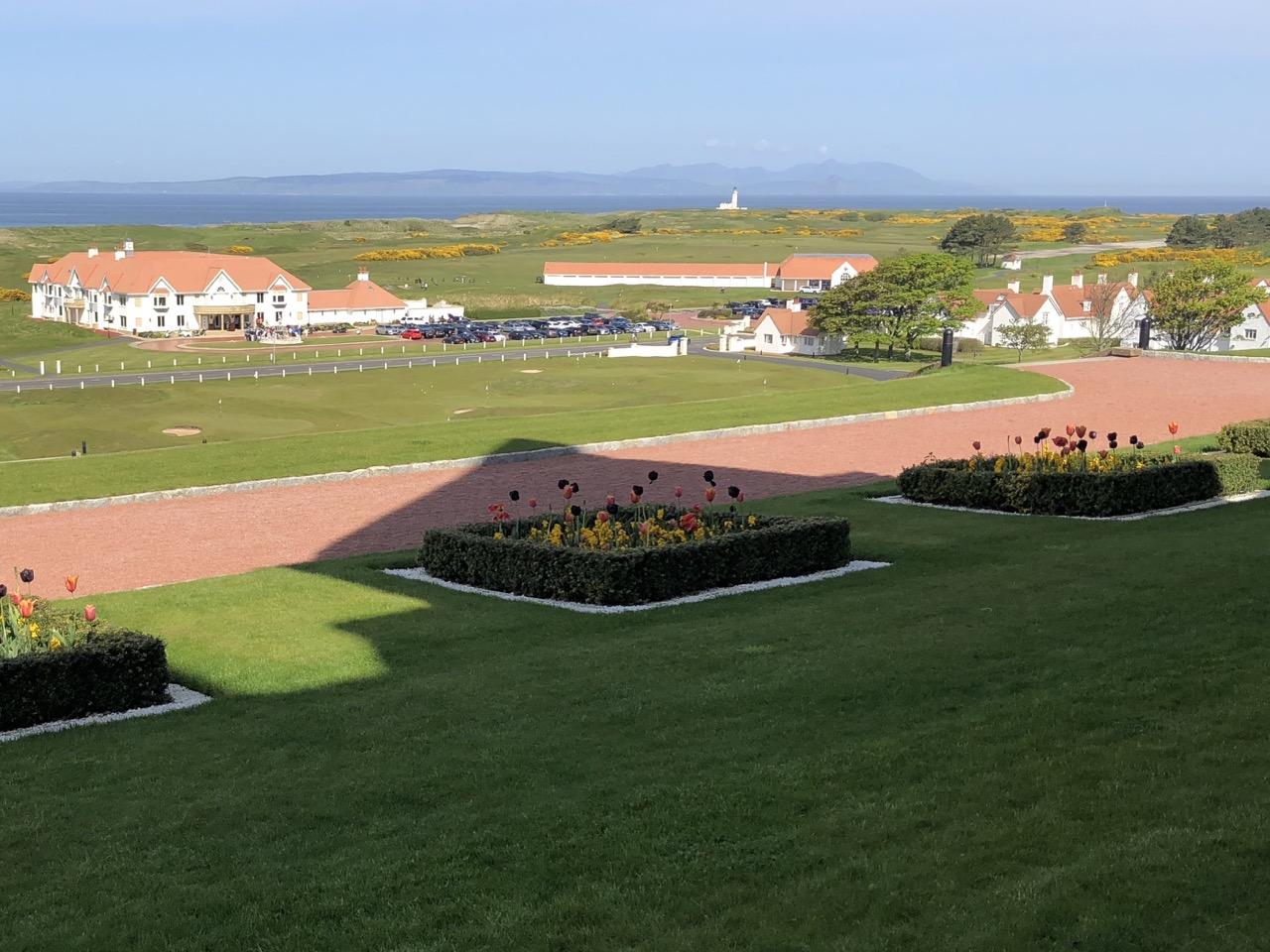 Vue de la terrasse de l'hotel. A gauche le club-house, à droite les villas