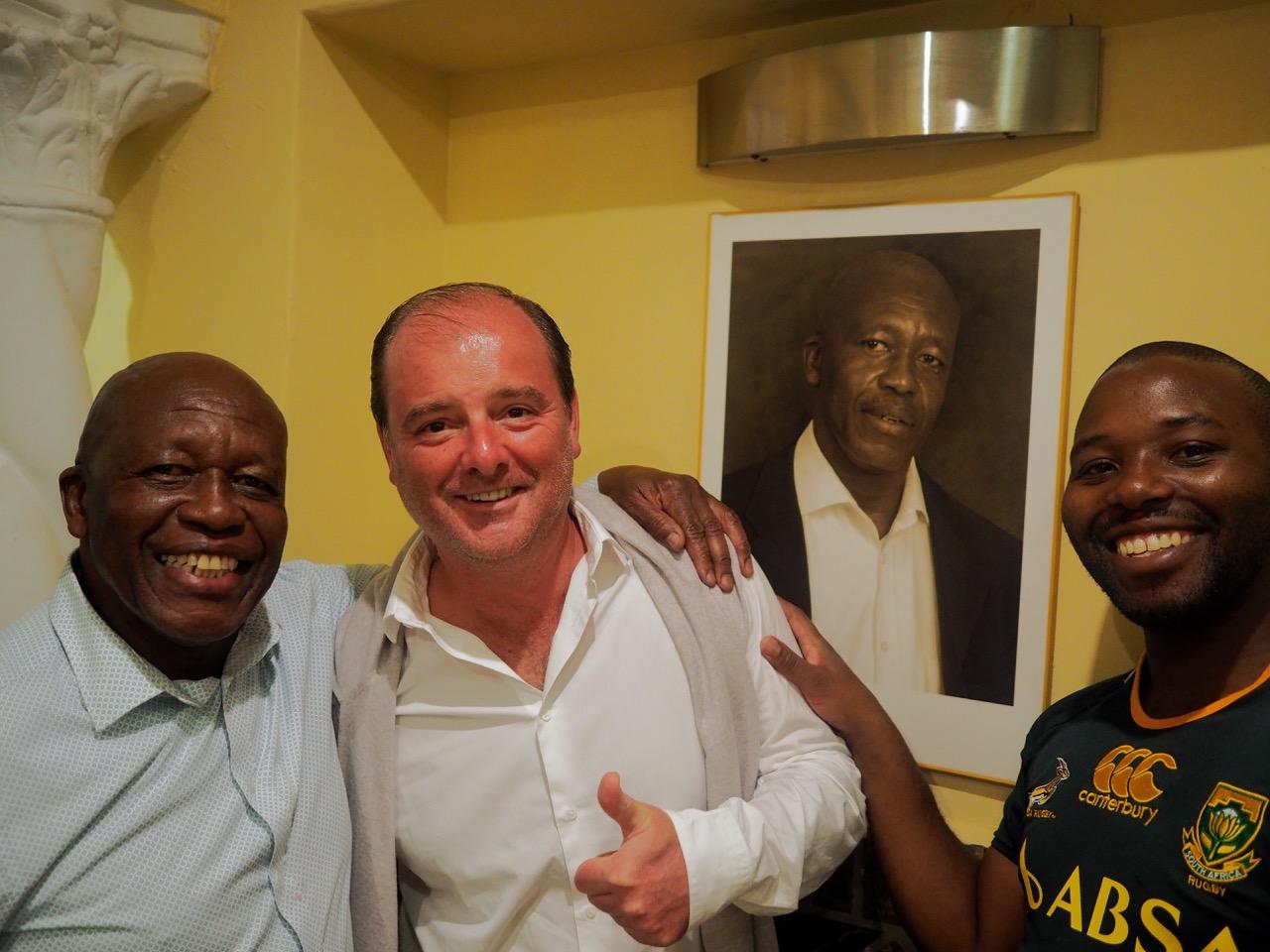Olivier Masse avec Wendie, le célèbre restaurateur de Soweto