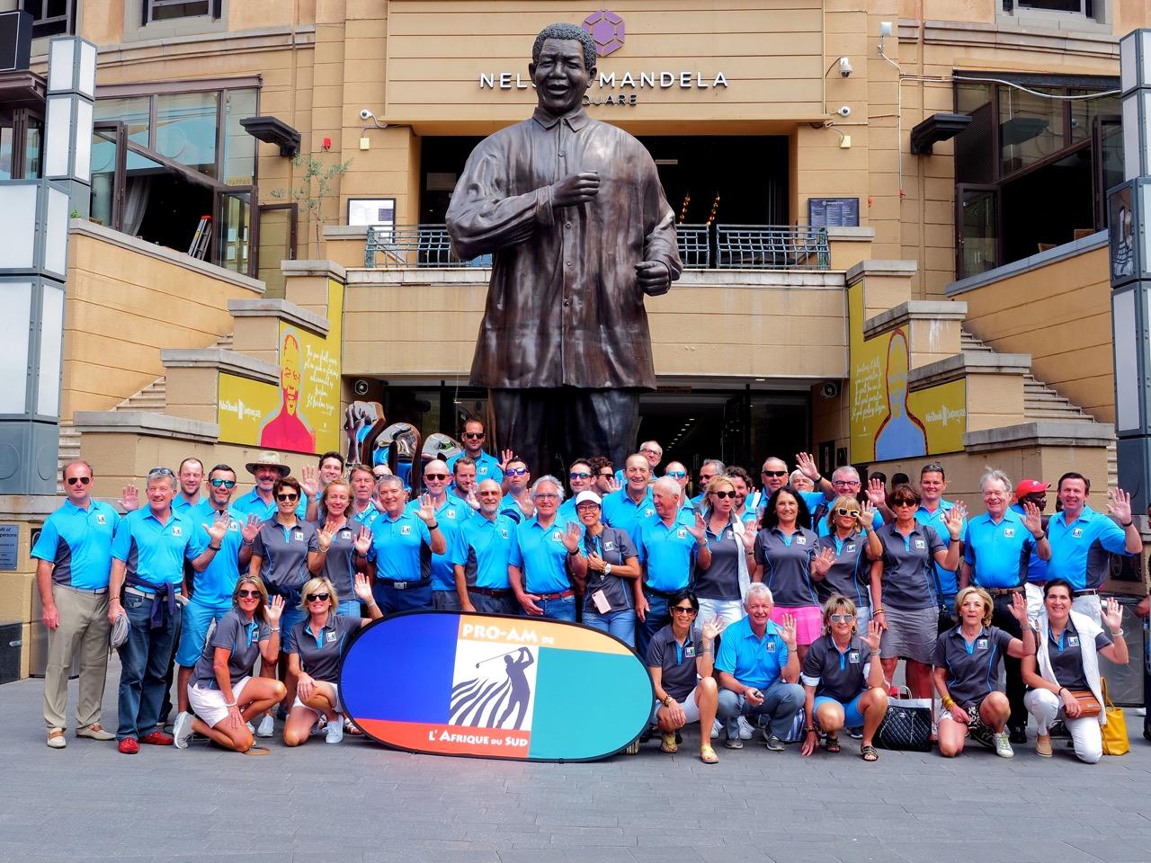 Les participants au pied de la statue de Nelson Mandela